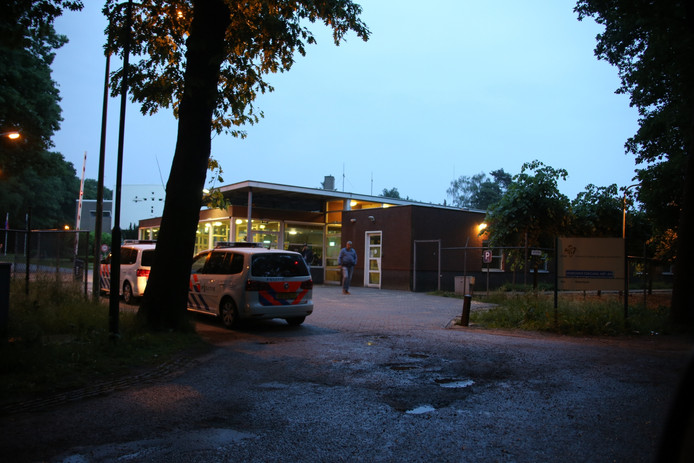 Politie bij het AZC in Overloon na het incident met de Syriër.