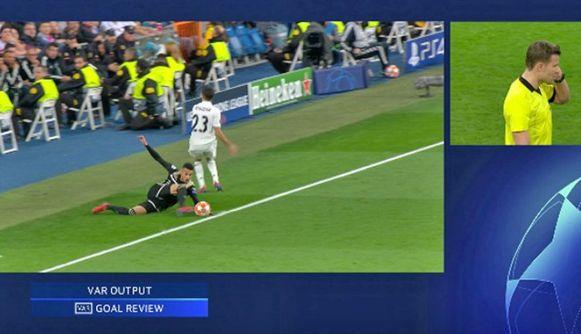Overschreed de bal de zijlijn bij het derde doelpunt van Ajax?