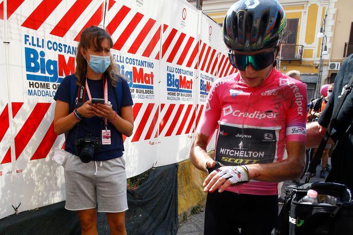 Annemiek van Vleuten brak haar pols in de zevende rit van de Giro Rosa.