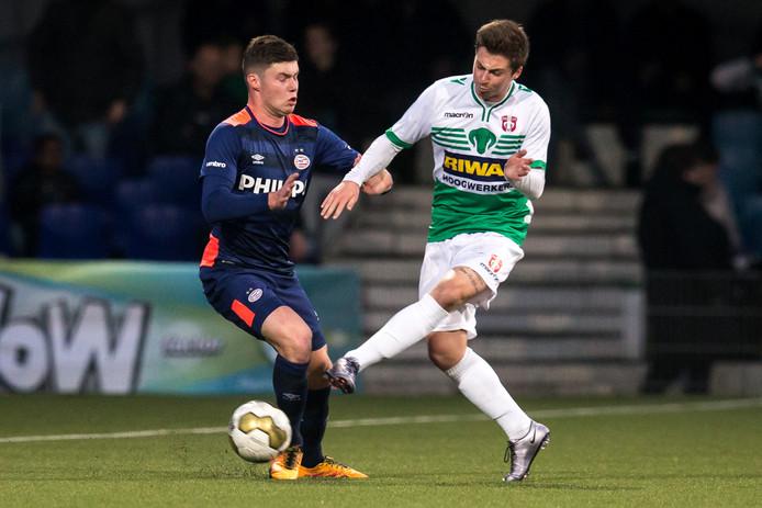 Jordy Vleugels (r) als huurling in het shirt van FC Dordrecht. Hij tekent een tweejarig contract bij die club.