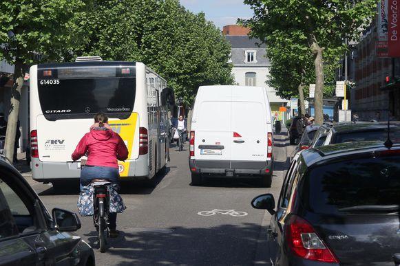 Het dubbelparkeren van bestelwagens is al lang een probleem op de Merodelei.