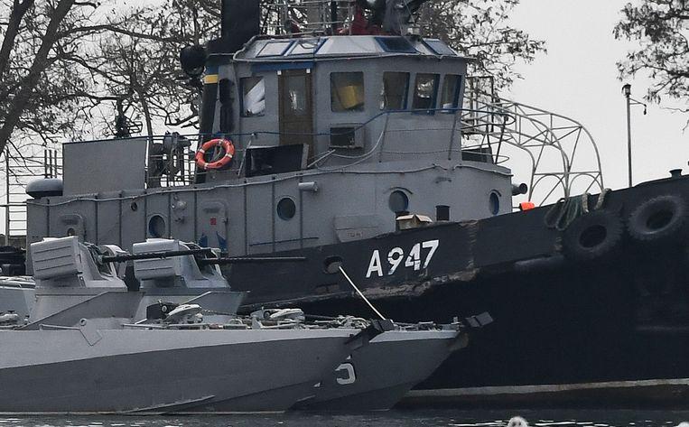 De schade aan een van de drie Oekraïense schepen door door de Russische marine in beslag zijn genomen is goed te zien. De schepen liggen vast in de haven van Kertsj.  Beeld AP