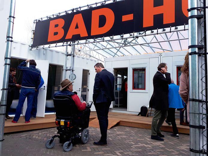Trivire heeft aan het P.J. Oudplein een badhuis geplaatst, dat bewoners tijdens de renovatie kunnen gebruiken.