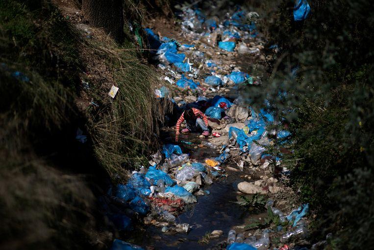 Een kind op een vuilstortplaats in het vluchtelingenkamp Moria op het Griekse eiland Lesbos. Beeld Reuters