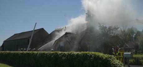 Brand in boerderij met rieten dak in Emst geblust