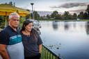 Michaela (41) en Wim (63) Scholten kijken naar de plek waar hun verbouwde woonboot van 25 bij 5 meter stond.
