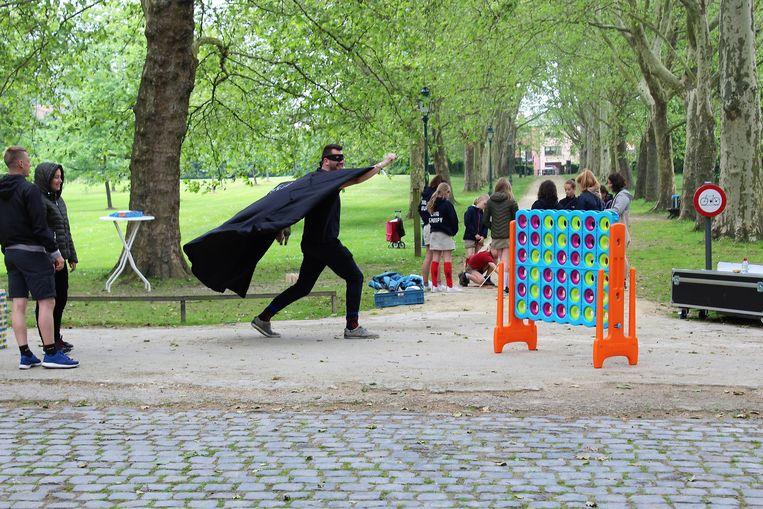Er kan onder andere reuze vier-op-'n rij gespeeld worden tijdens de buitenspelletjesnamiddag in het Colomapark.