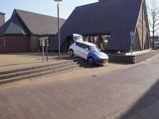 Vrouw rijdt met auto trap af in Varsseveld