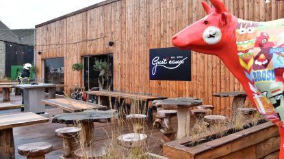 Brandje aan houten wand in pas geopend restaurant langs jaagpad
