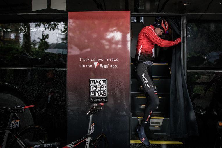 Tom Dumoulin in mei tijdens de Giro. Hij zou die dag de strijd staken vanwege zijn beurse knie. Beeld Getty Images