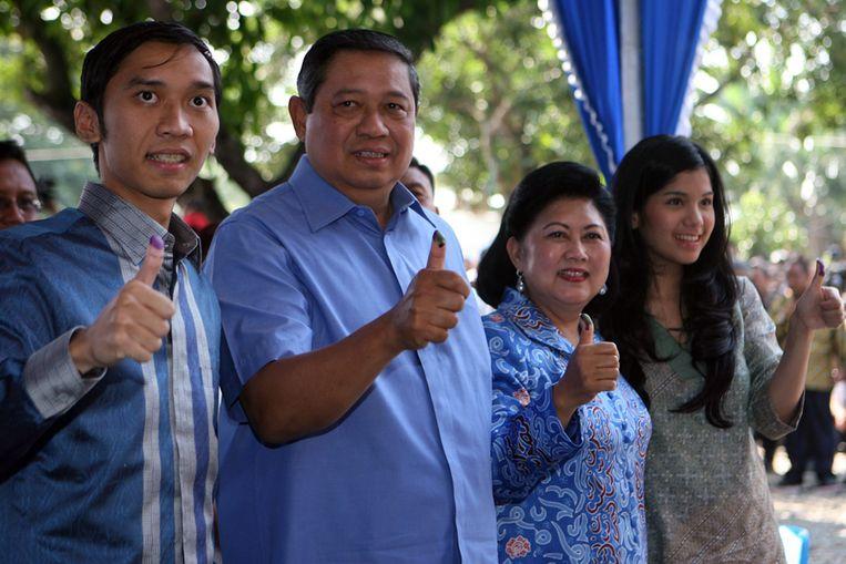De Indonesische president Yudhoyono en zijn familieleden laten hun duim nadat ze hebben gestemd. (EPA) Beeld