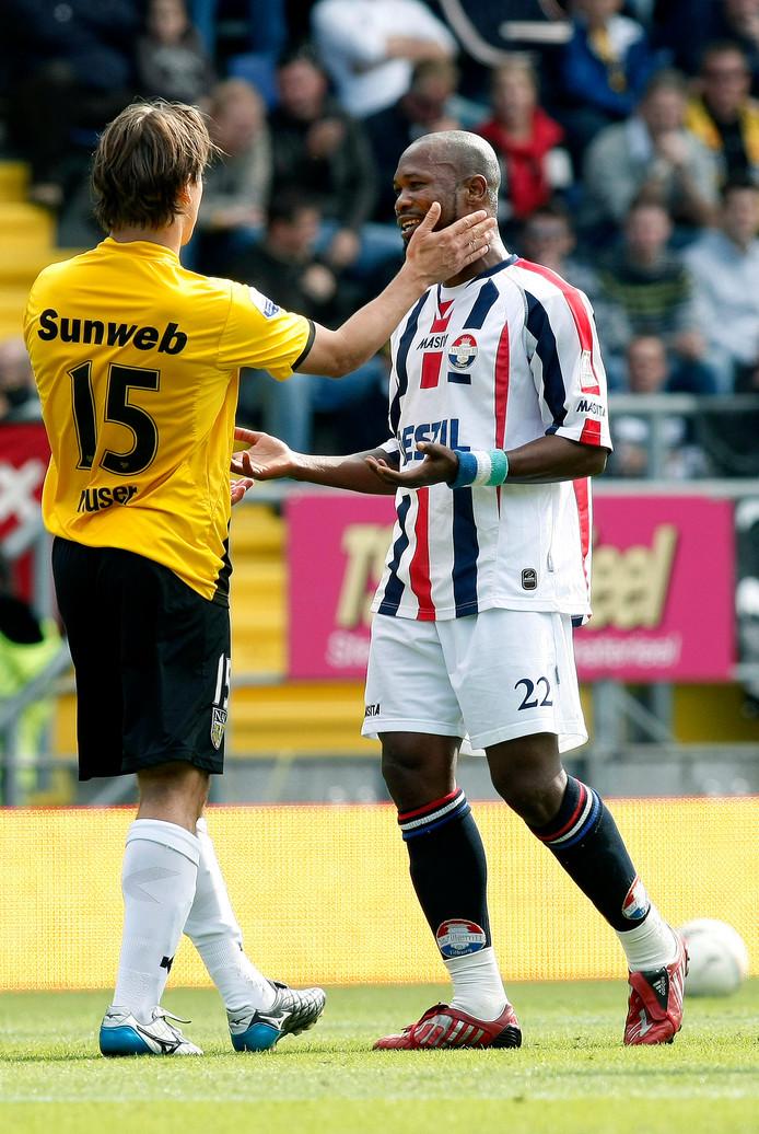 Martijn Reuser als NAC-speler tegen zijn oud-ploeggenoot Ibrahim Kargbo.