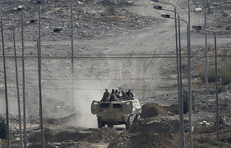 Een militair voertuig patrouilleert in de Gaza-strook. Beeld EPA