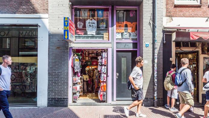 Een toeristenwinkel in de binnenstad. Naast de ruim honderd die er al zijn mogen er van Amsterdam geen meer bijkomen