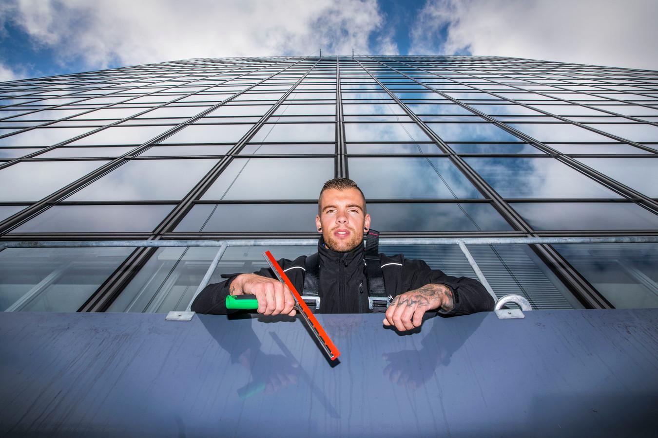 Schoonmaken op de 45ste verdieping was in het begin spannend, maar inmiddels geeft het Jeroen Bilkes een kick. ,,Wie druft dit nou?''