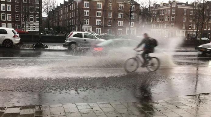 Het dagelijkse waterplasballet op de Houtmankade. Je bent er niet veilig. Ga er niet heen. Blijf binnen.
