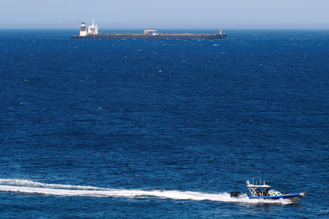 De Grace 1 - nu Adrian Darya-1 - (boven) voor de kust van Gibraltar.