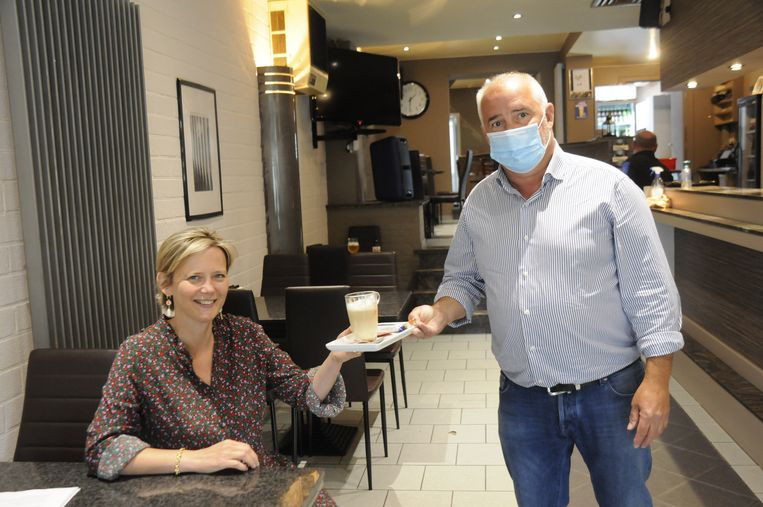 Bruno Vandebosch (Marktcafé) serveert de burgemeester graag een lekkere koffie.
