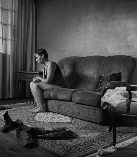 Mariël (50) uit Riethoven werd misbruikt en liet de impact fotograferen: 'Mijn lichaam was een aanhangsel'
