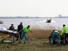 Fietser onderkoeld uit het water bij Giethoorn gered