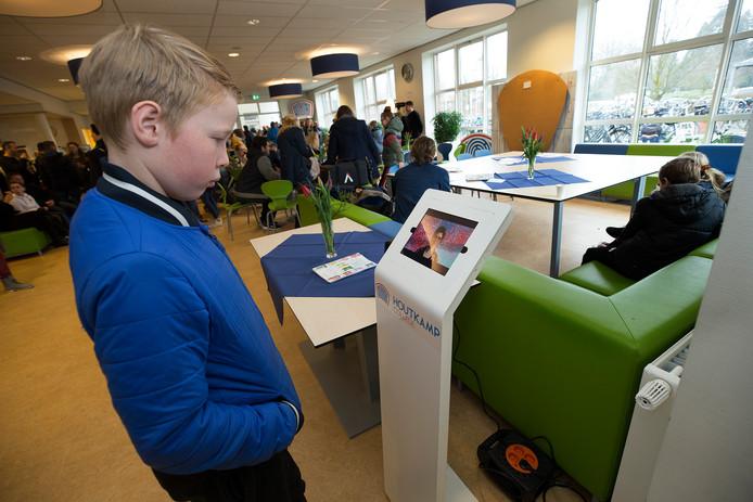 Tieners kijken en luisteren naar wat het Houtkamp College te bieden heeft.