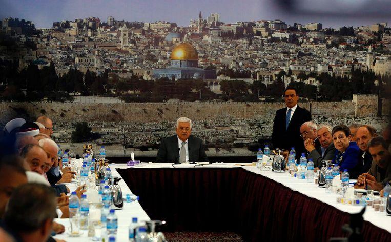 President Mahmoud Abbas (midden), afgelopen vrijdag tijdens een crisisoverleg. Op de achtergrond een foto van de gouden Rotskoepel, de islamitische schrijn, die op een steenworp afstand van de Al Aqsa-moskee staat. Beeld AFP