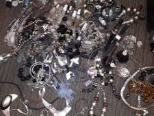 Tas vol met sieraden gevonden in bos Ommen