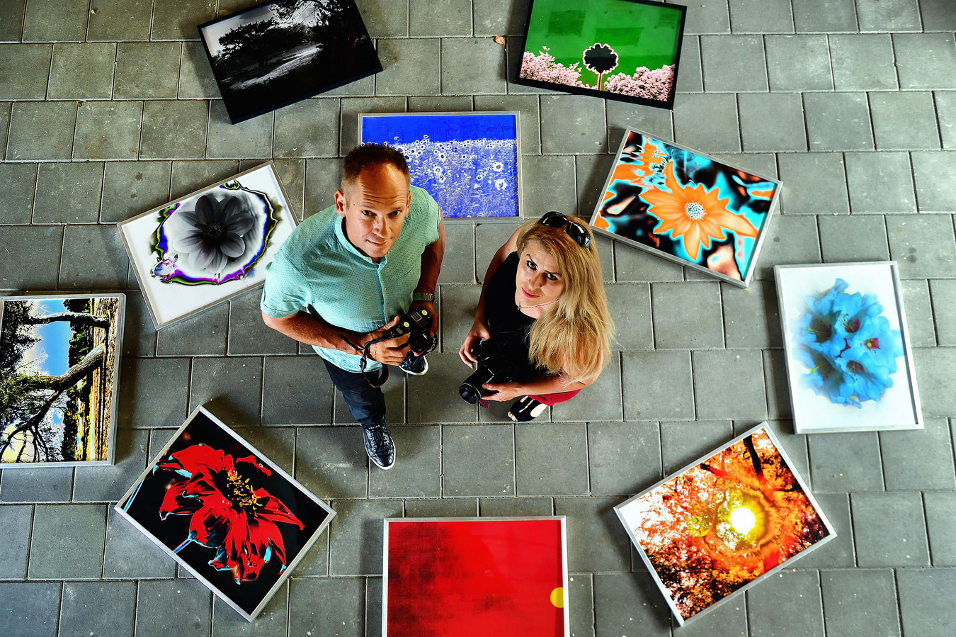 Leoreta Vezaj en Edwin Brosens tussen de macrofoto's die hen zo dierbaar zijn.