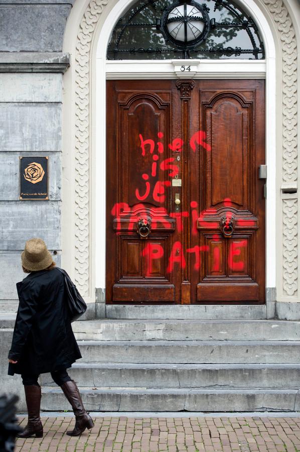 Bij het toenmalig partijbureau van de PvdA in Amsterdam lieten  burgers al eerder met een bekladding weten tegen de 'participatiesamenleving' te zijn die de regering lanceerde als vervanger voor de klassieke verzorgingsstaat.