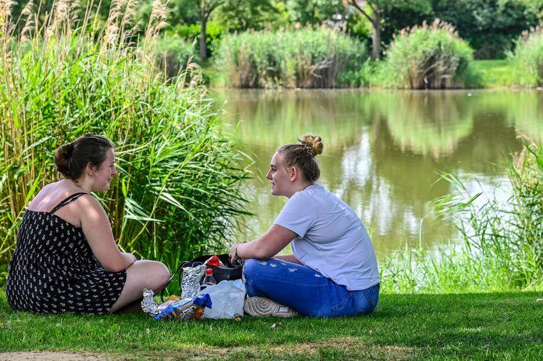 Inne en Femke genieten van een picknick in de schaduw aan de Brusselse Forten.