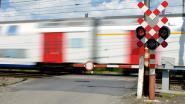 Slagbomen aan overwegen hebben vreemde kuren door de hitte (maar werken wel normaal als er echt trein aankomt)