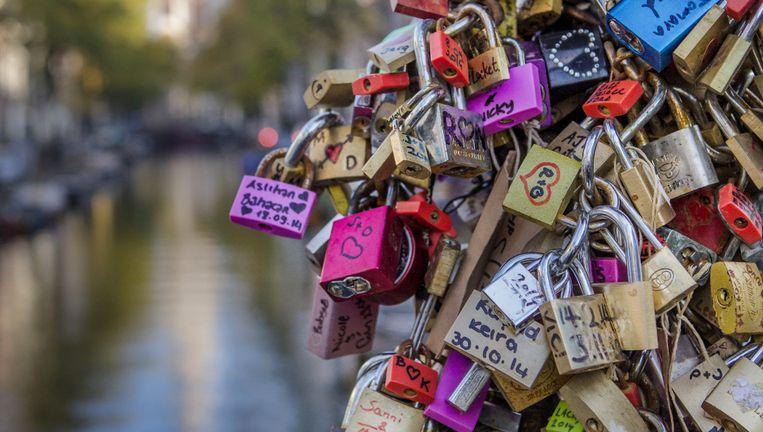 Liefdesslotjes op de brug bij de Groenburgwal. Beeld Floris Lok