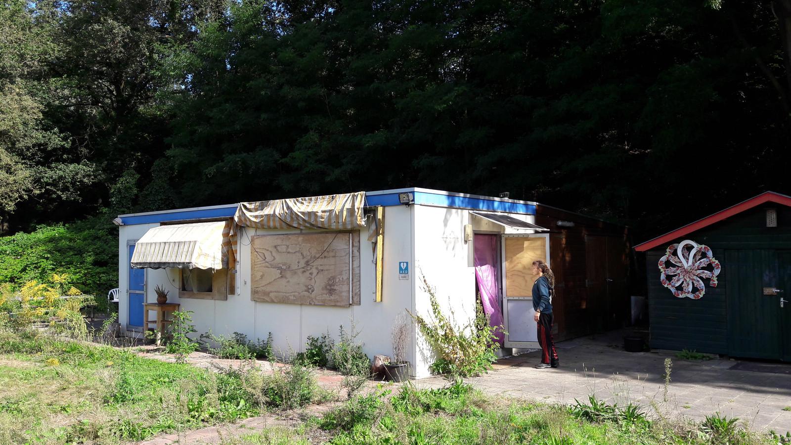 Kraker Mathilde Bokhorst bij haar portacabin op voormalig camping De Braamhorst in Ede