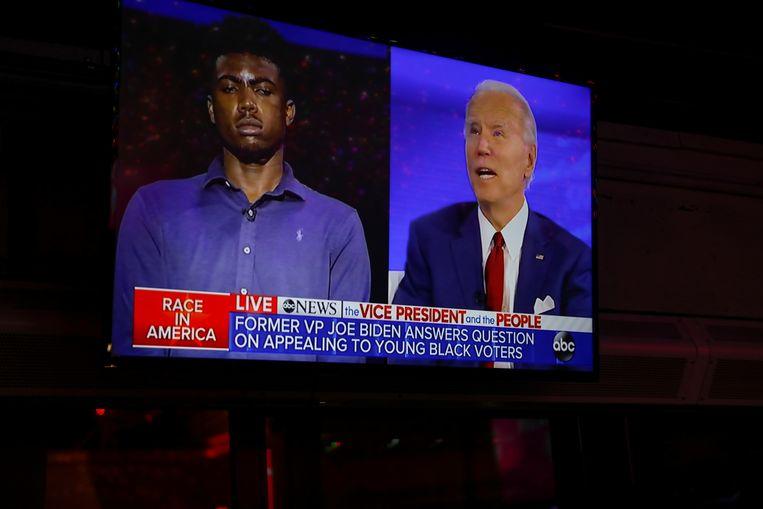 Biden benantwoordt een vraag van een jonge kiezer. Beeld Reuters