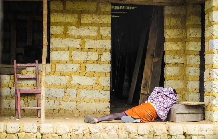Een man in Sierra Leone die lijdt aan ebola. Beeld ap