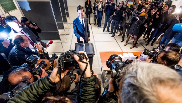 Mark Rutte brengt onder grote belangstelling van de binnen- en buitenlandse pers zijn stem uit. Beeld Freek van den Bergh / de Volkskrant