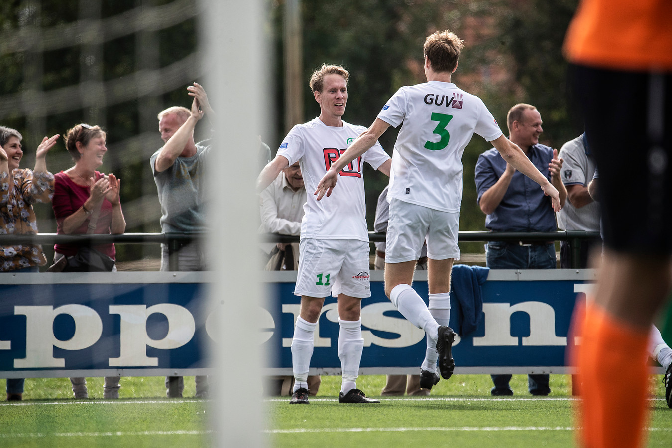Sjors Storkhorst (links) na de 1-0 tegen Hollandia.