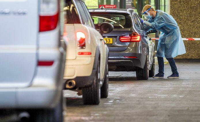 Een voorbeeld van een teststraat, waarbij mensen in de auto blijven zitten.