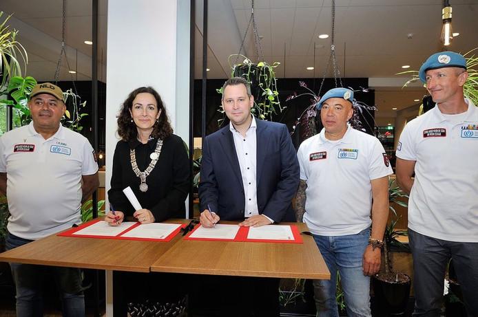 Burgemeester Femke Halsema tekent de intentieovereenkomst tijdens de Amsterdamse Veteranendag.