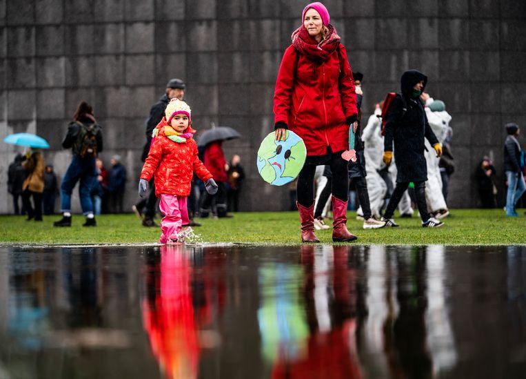 Ook kleine kinderen lopen mee in de mars voor het klimaat.  Beeld Freek van den Bergh