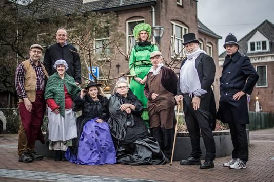 Dickenstypes in Emmastraat in verband met het dickensfestival in Velp.