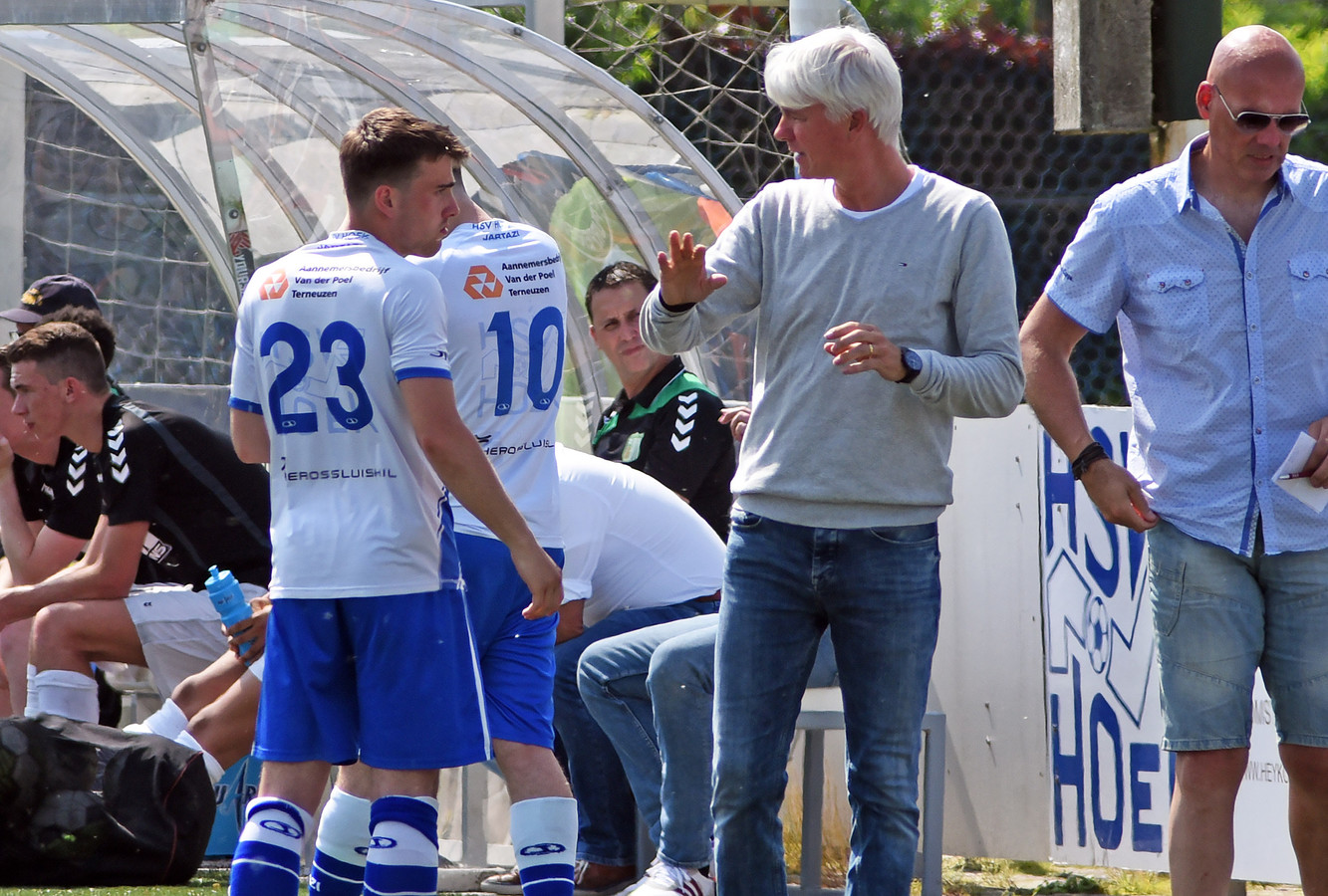 Jannes Tant (midden) stond drie seizoenen als trainer voor de groep bij Hoek.