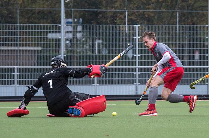 De doorgebroken Etten Leur-speler Jules Vugts weet oog-in-oog met de keeper van Rijswijk niet te scoren.