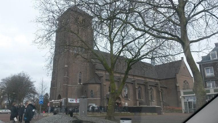 De H. Donatuskerk staat bepalend in het centrum Beeld null