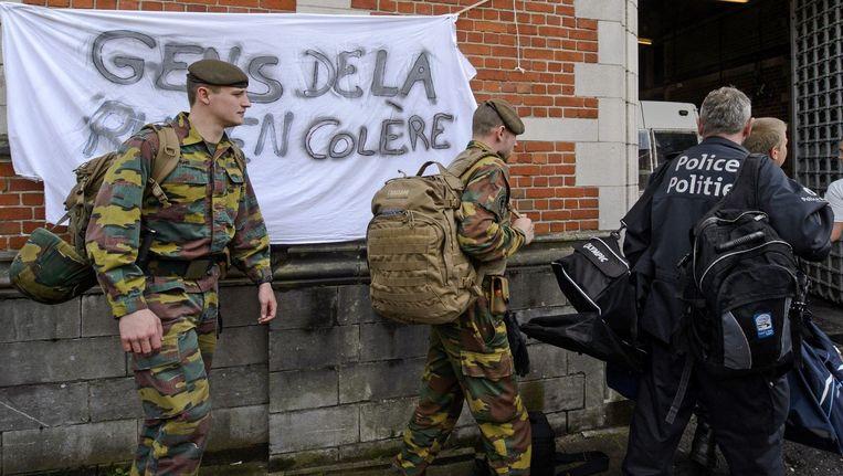 Militairen en politiemensen nemen de taken van de cipiers over in de gevangenis van Vorst.