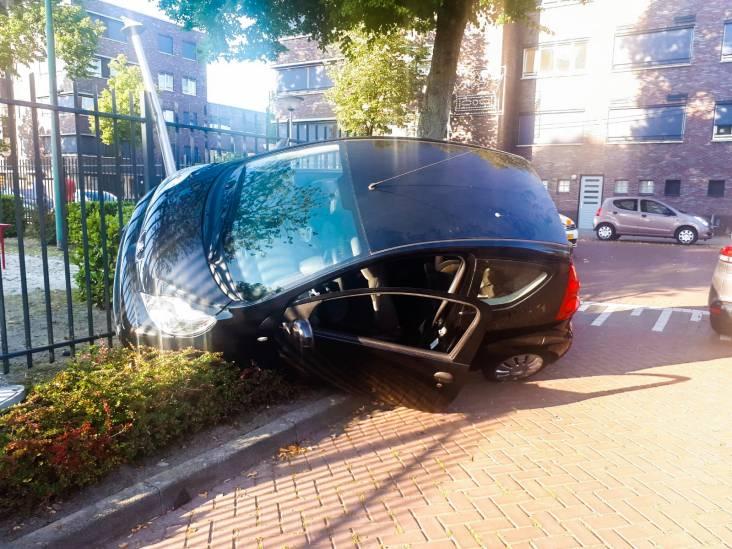 Auto komt in hek terecht na botsing in Eindhoven