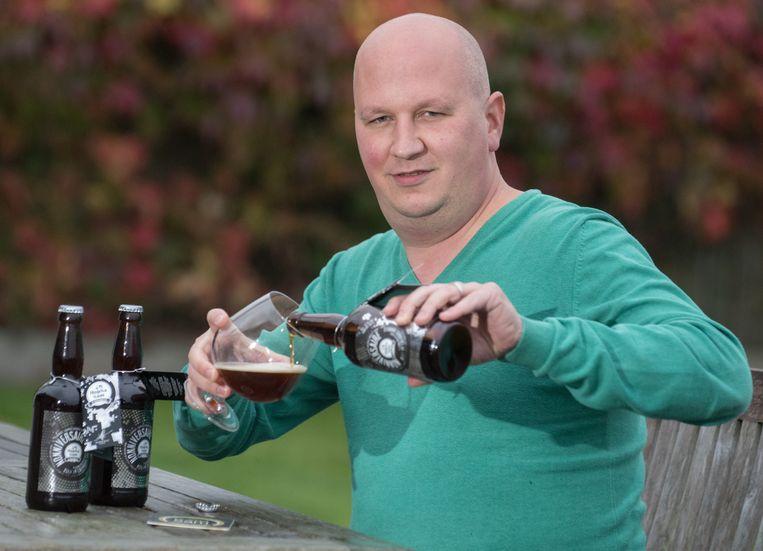 Hobbybrouwer Sam Vanderstraeten giet een 'Nonniversaire' uit.