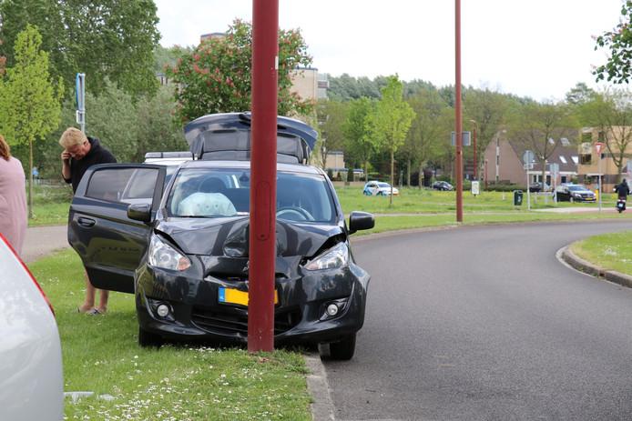De auto ramde hard een lantaarnpaal.