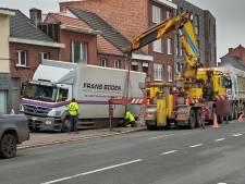 Vrachtwagen zakt met wiel door voetpad