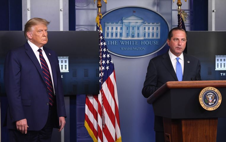 President Donald Trump en minister Alex Azar (Volksgezondheid) Beeld AFP